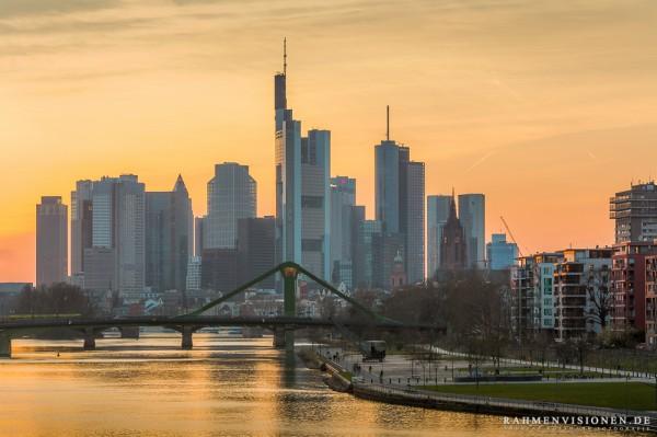 Skyline von Frankfurt zur Goldenen Stunde