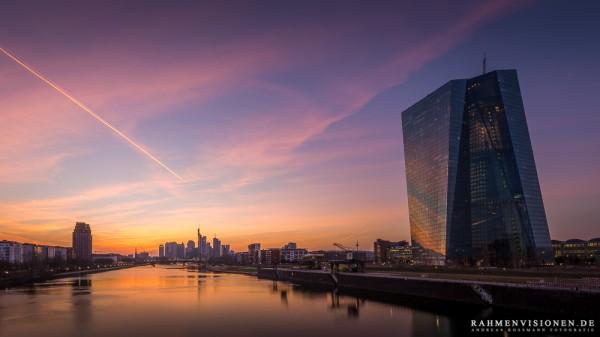 EZB Gebäude und die Frankfurter Skyline im Abendrot