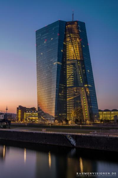 beleuchtetes EZB-Gebäude in Frankfurt zur blauen Stunde