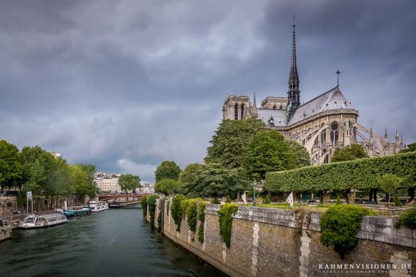 Notre Dame mit Gewitterfront