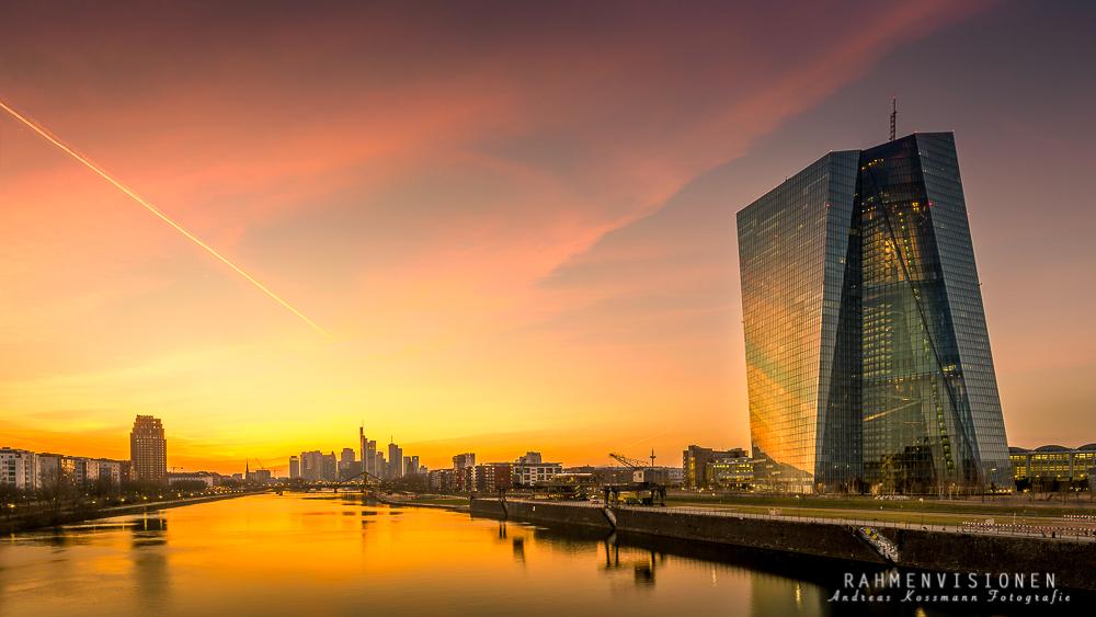 Skyline Frankfurt vor goldenem Sonnenuntergang
